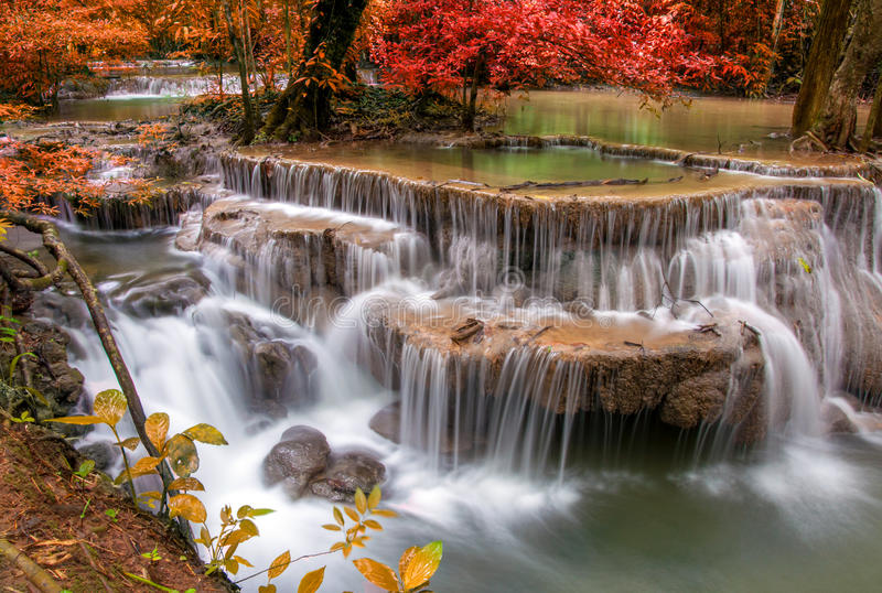 Cachoeira na selva profunda da floresta tropical (Huay Mae Kamin Waterfall fotos de stock
