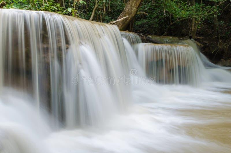Cachoeira na selva profunda da floresta tropical, Huay Mae Kamin Waterfall imagem de stock royalty free
