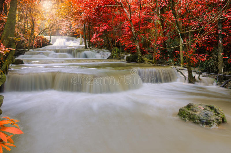 Cachoeira na selva profunda da floresta tropical (Huay Mae Kamin Waterfall) foto de stock royalty free