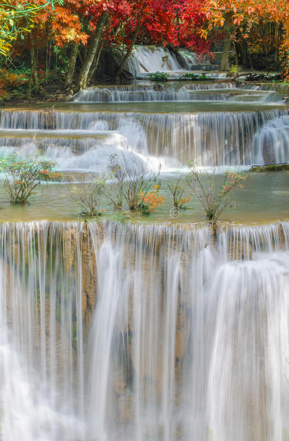 Cachoeira na selva profunda da floresta tropical (Huay Mae Kamin Waterfall) fotografia de stock royalty free