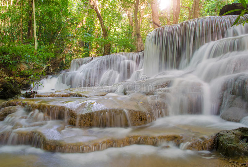 Cachoeira na selva profunda da floresta tropical (Huay Mae Kamin Waterfall imagens de stock royalty free