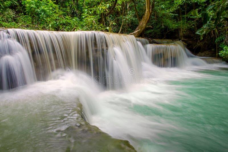 Cachoeira na selva profunda da floresta tropical (Huay Mae Kamin Waterfall) fotografia de stock