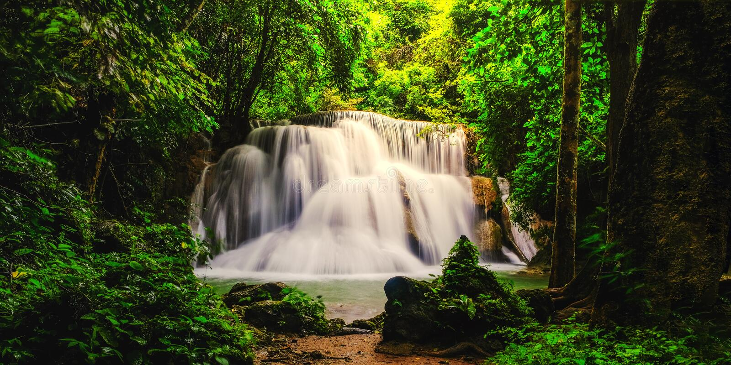 Cachoeira na selva profunda Huay Mae Kamin Waterfall da floresta tropical imagem de stock