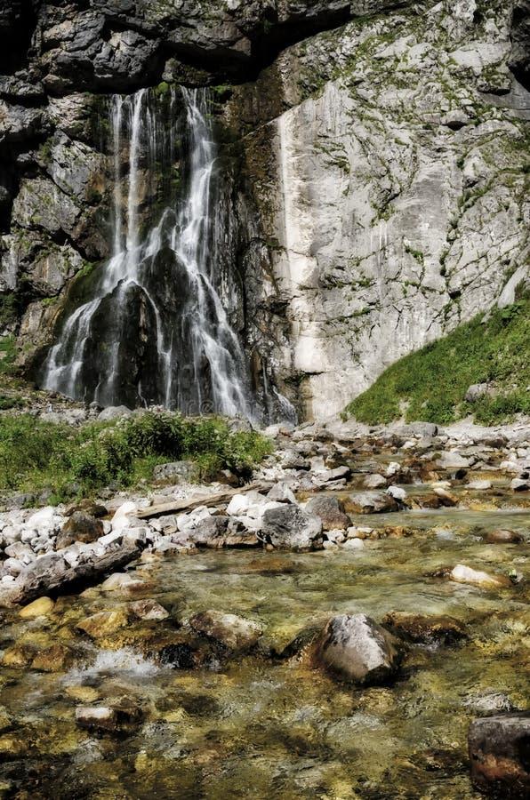 Cachoeira nas montanhas de Cáucaso fotografia de stock royalty free