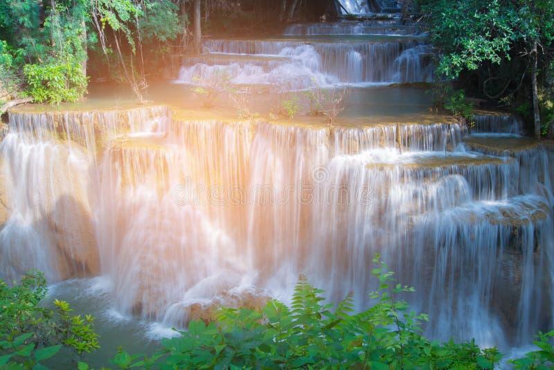 Cachoeira natural bonita na selva profunda da floresta imagens de stock royalty free