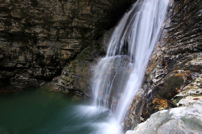 Cachoeira no desfiladeiro de Tsebeldinsky perto da vila Olginskoye imagem de stock