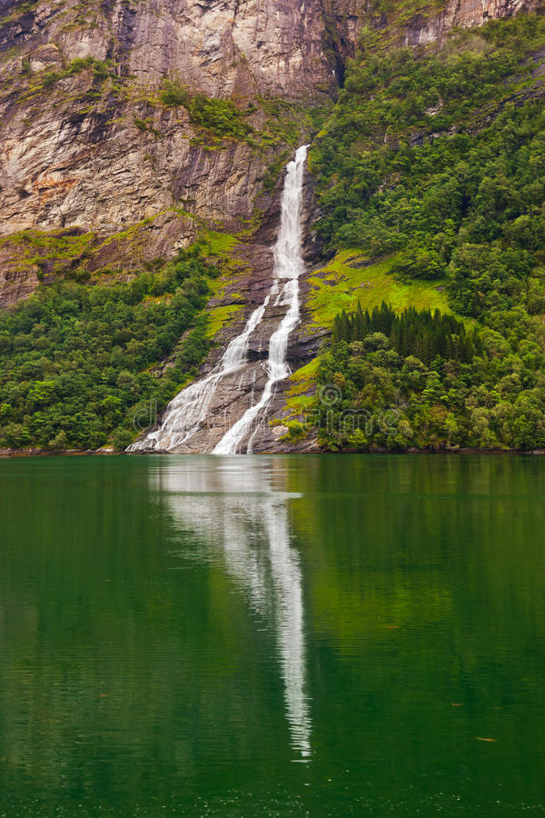 Cachoeira no fiorde de Geiranger - Noruega imagens de stock