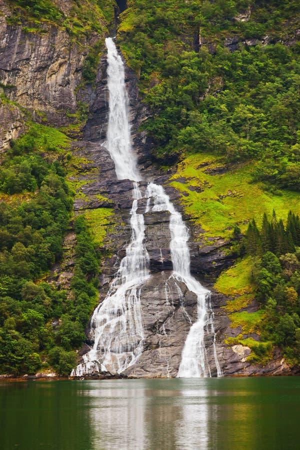 Cachoeira no fiorde de Geiranger - Noruega fotos de stock royalty free