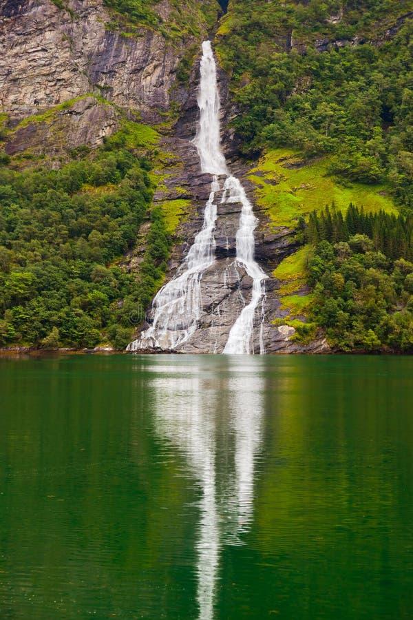 Cachoeira no fiorde de Geiranger - Noruega fotografia de stock