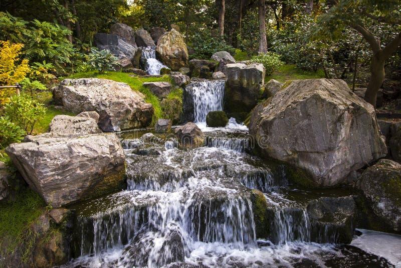 Cachoeira no jardim japonês (Londres) fotos de stock