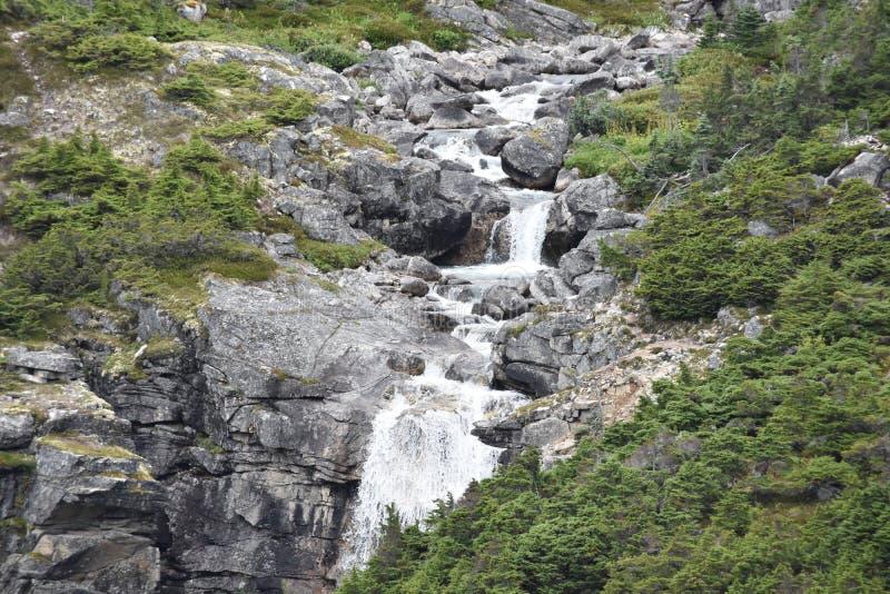 Cachoeira no lado de uma montanha imagem de stock royalty free