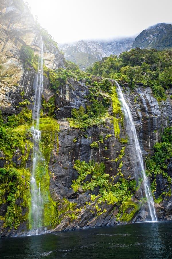 Cachoeira no lago milford Sound, Nova Zelândia foto de stock