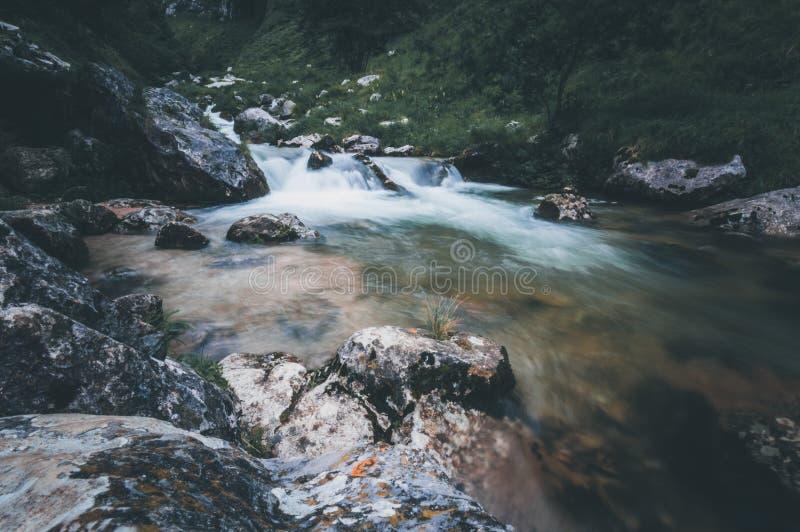 Cachoeira no meio do rio nas Astúrias fotos de stock