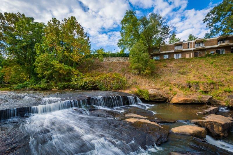 Cachoeira no parque das quedas no estridente, em Greenville, C sul imagens de stock royalty free
