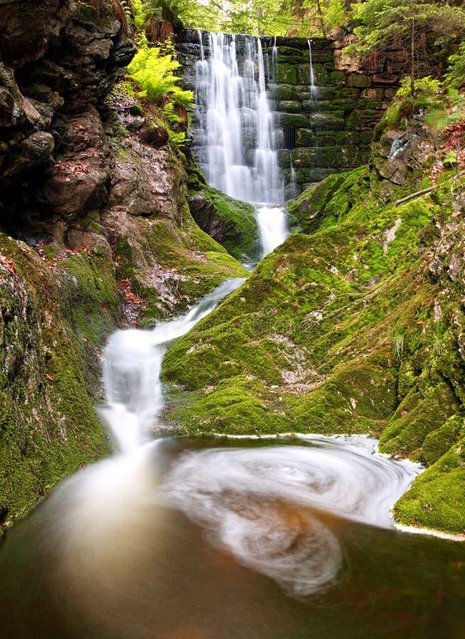 Cachoeira no parque nacional Krkonose foto de stock