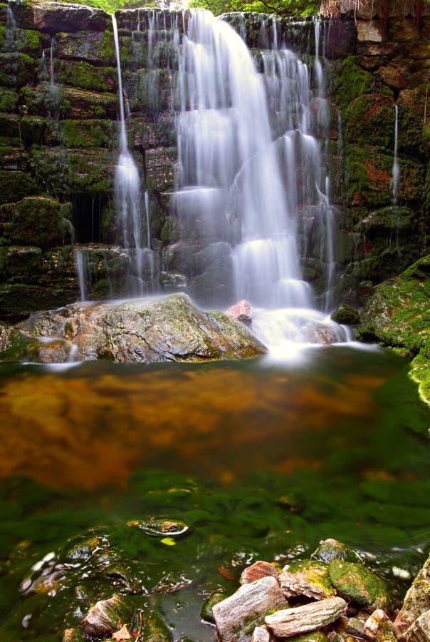 Cachoeira no parque nacional Krkonose imagens de stock