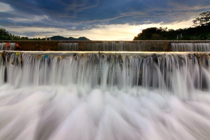 Cachoeira no por do sol em Bornéu fotos de stock royalty free