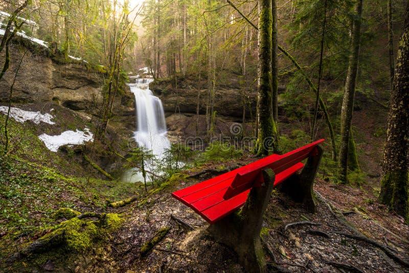 Cachoeira no rio da montanha na mola fotos de stock