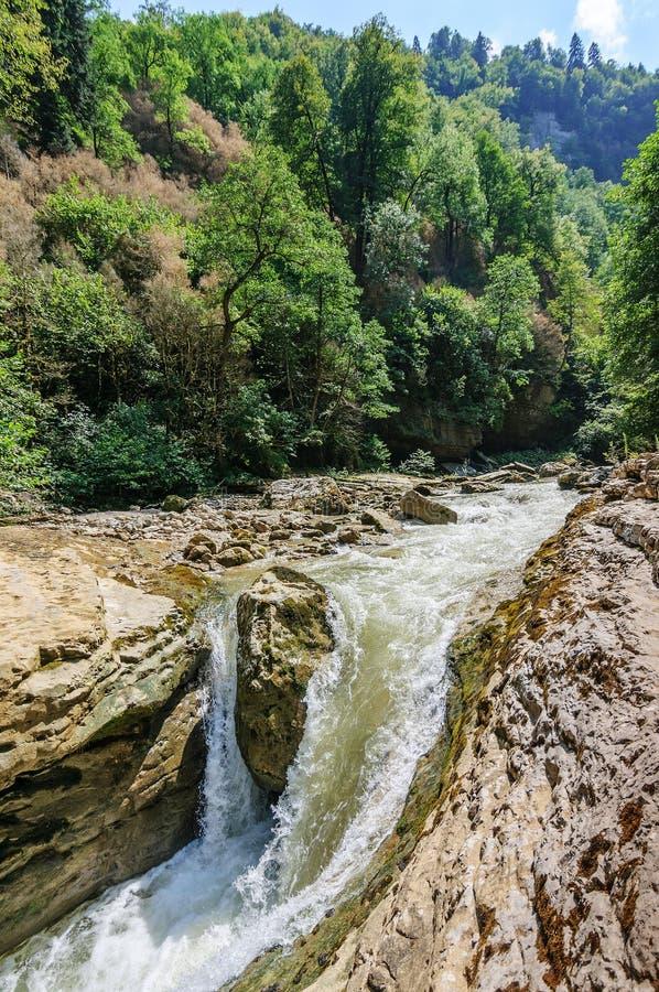 Cachoeira no rio de Kurdzhips no desfiladeiro de GUAM fotografia de stock royalty free