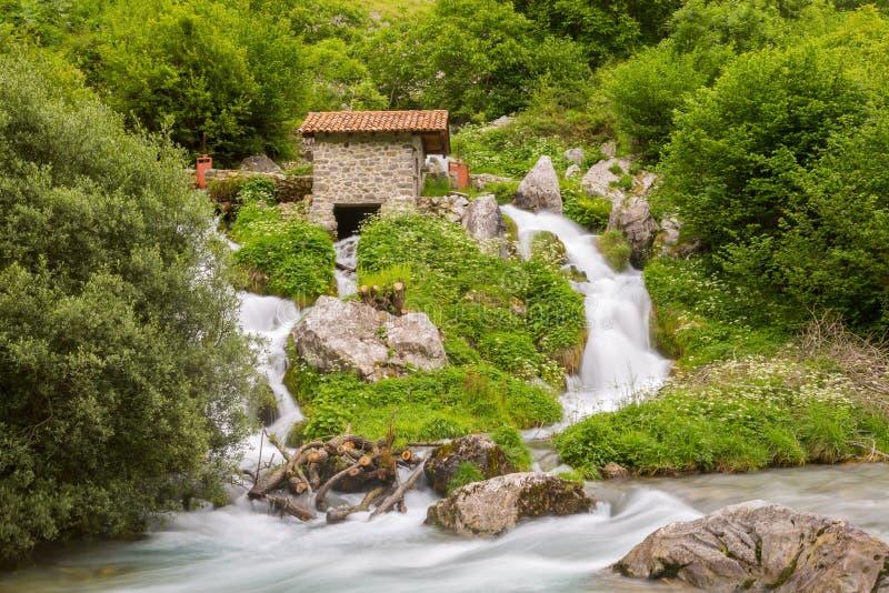 Cachoeira no rio dos cuidados fotografia de stock royalty free