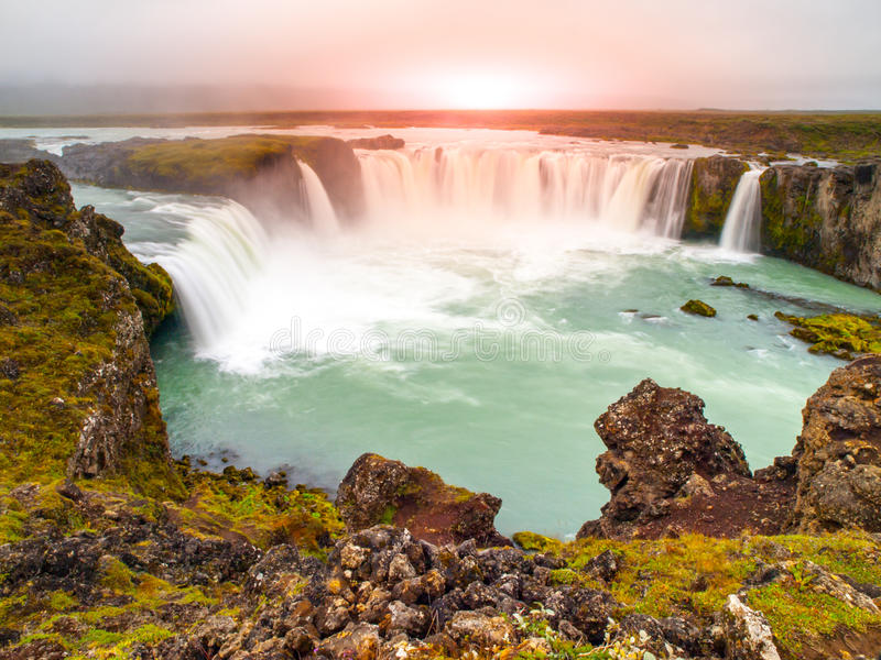 Cachoeira no tempo do por do sol, Islândia do norte de Godafoss fotografia de stock