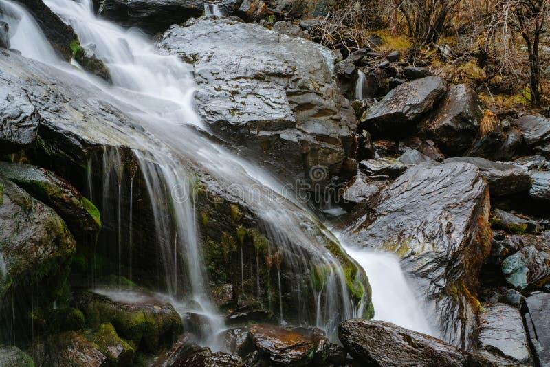 Cachoeira no vale de Akkem no parque natural das montanhas de Altai imagem de stock
