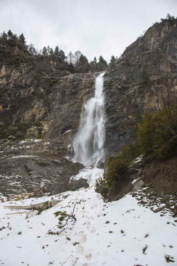 Cachoeira no vale de Bujaruelo no parque nacional de Ordesa y Monte Perdido com alguma neve imagem de stock