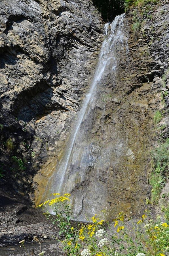Cachoeira pequena bonita no desfiladeiro, Itum-couve, Chechnya, Rússia imagem de stock royalty free