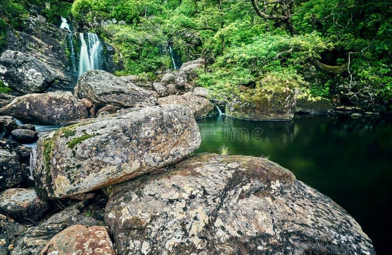 Cachoeira pequena com rochas e árvores no schotland fotografia de stock royalty free