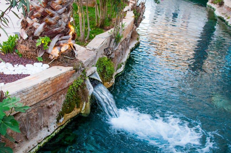 A cachoeira pequena da água térmica na piscina em Pamukkale imagens de stock