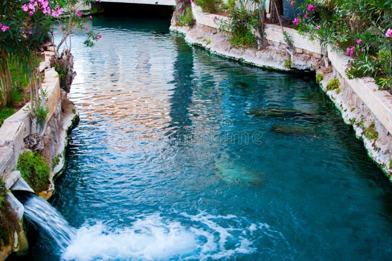 A cachoeira pequena da água térmica na piscina em Pamukkale foto de stock
