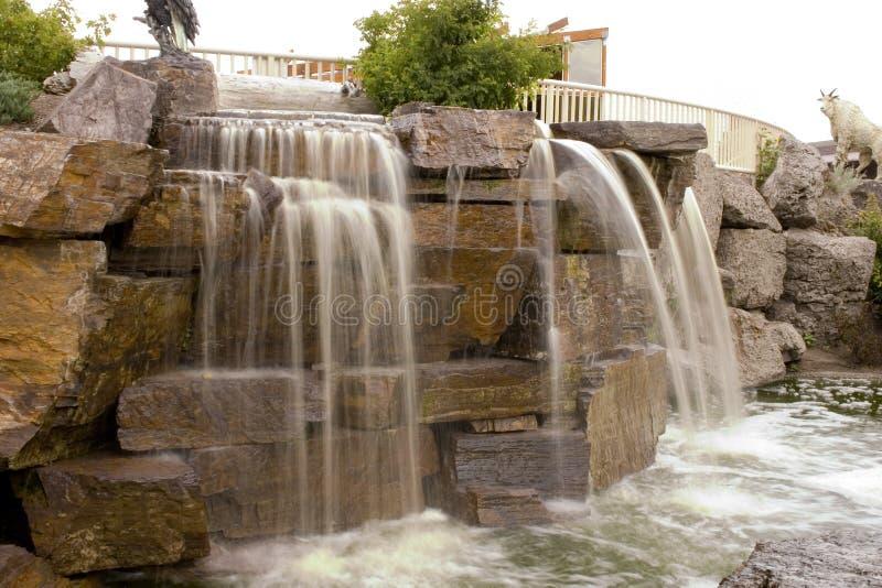 Cachoeira pequena em uma alameda de tira fotos de stock