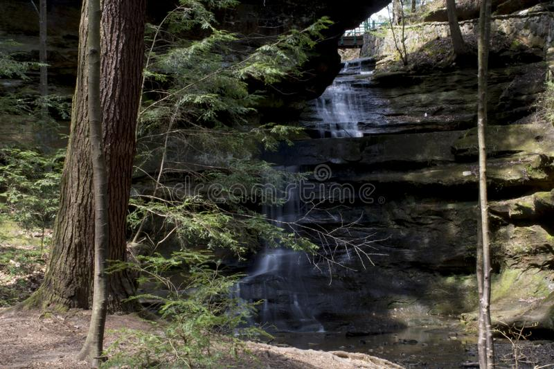 Cachoeira pequena na área da caverna do ancião fotos de stock royalty free