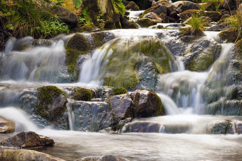 Cachoeira pequena no parque com água lisa bonita Pouco wat foto de stock
