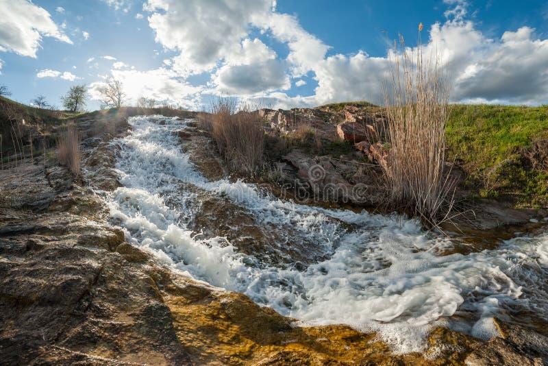 Cachoeira pequena no rio fotos de stock