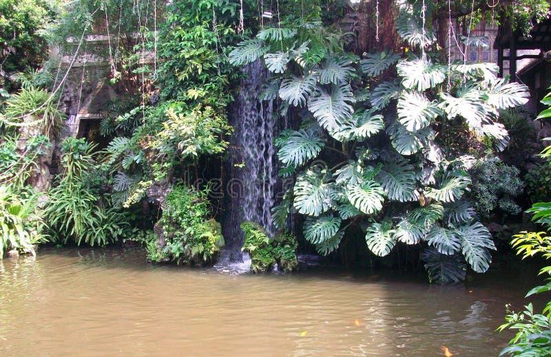Cachoeira pequena perto de um restaurante em China fotografia de stock