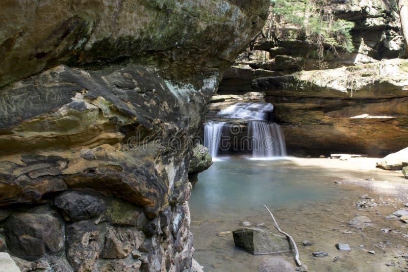 Cachoeira pequena sobre a cama de Rock Creek foto de stock
