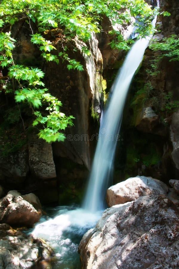 Cachoeira perto da vila de Pavliani fotos de stock royalty free