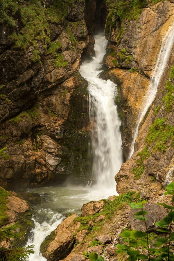 Cachoeira perto de Hallstatt nos cumes austríacos fotografia de stock