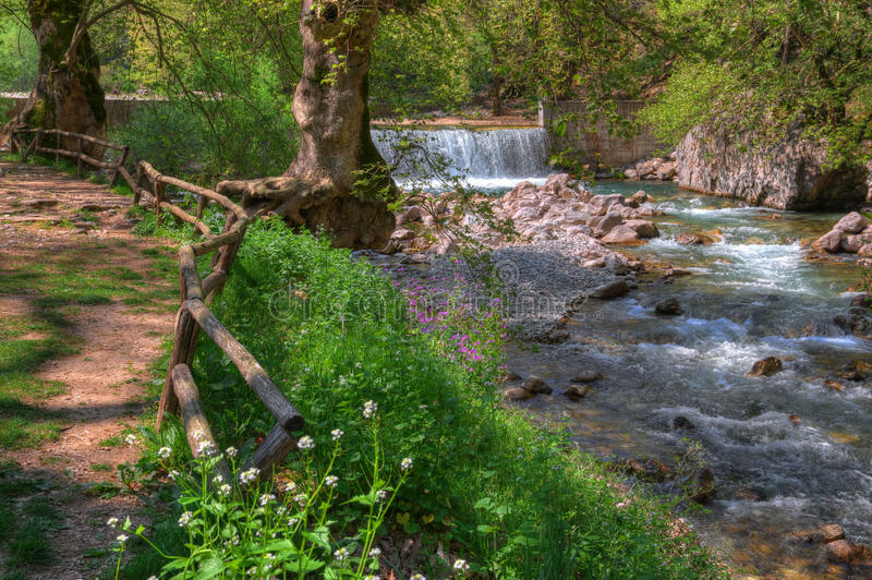 Cachoeira perto de Trikala, Grécia - imagem da mola imagens de stock