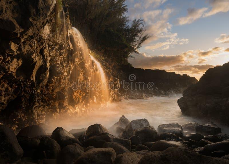 Cachoeira perto do banho do Queens em Princeville Kauai foto de stock