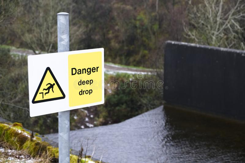 Cachoeira profunda íngreme do sinal de aviso do perigo da gota imagens de stock