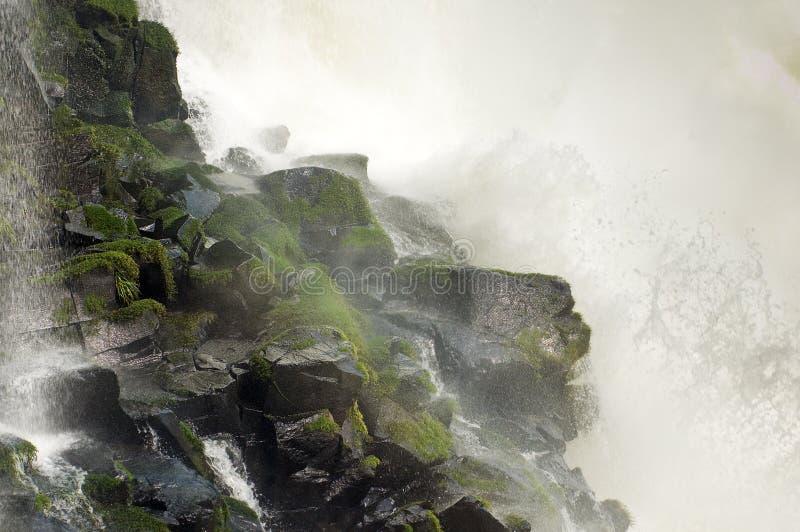 Download Cachoeira que bate a rocha imagem de stock. Imagem de potência - 29839505