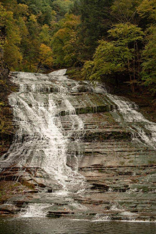 Cachoeira que conecta sobre as rochas no parque estadual imagens de stock royalty free
