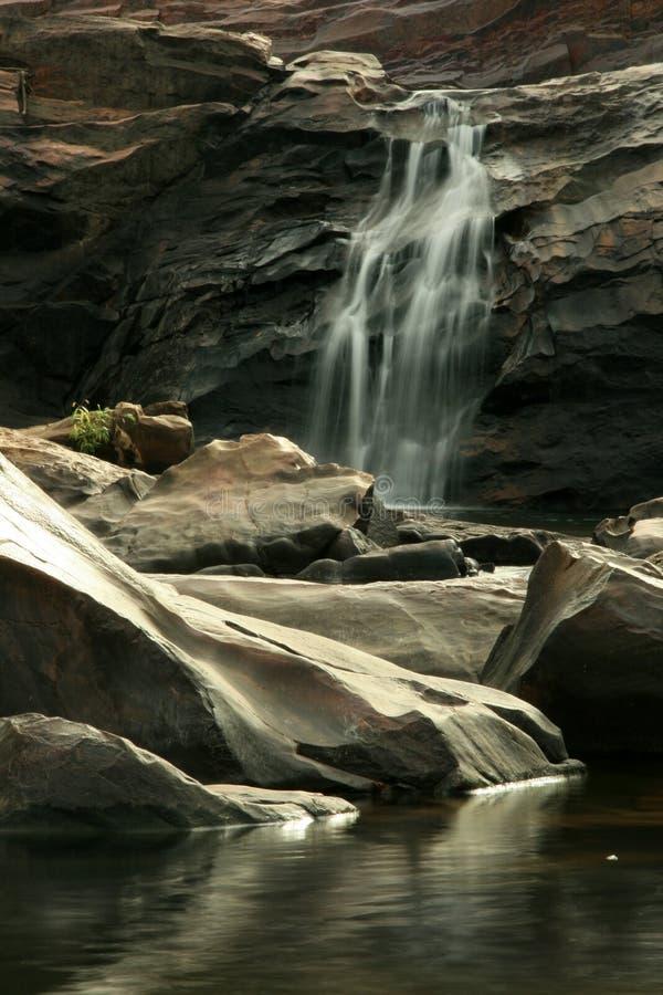 Cachoeira que flui - Kakadu, Austrália imagem de stock