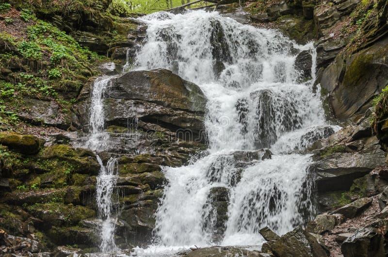Cachoeira Shipot da montanha em Pylypets nos Carpathians fotografia de stock royalty free