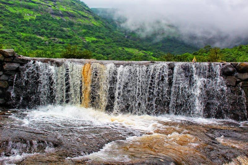 Cachoeira shuttered rápida, Nane Ghat, Shivneri, Maharashtra, Índia foto de stock royalty free