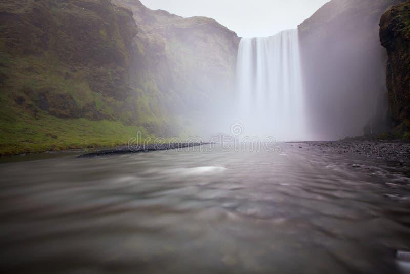 Cachoeira Skogafoss de Islândia na paisagem islandêsa da natureza Atrações turísticas e destino famosos dos marcos no islandês foto de stock royalty free