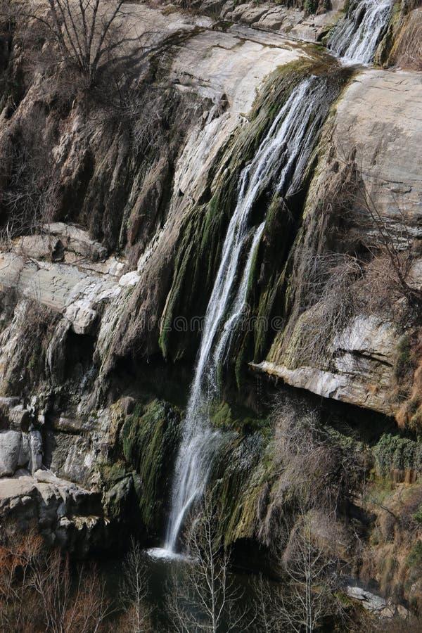 Cachoeira sobre rochas cliffy fotografia de stock
