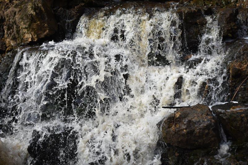 Cachoeira sobre rochas gigantes - regulador Dodge State Park imagens de stock